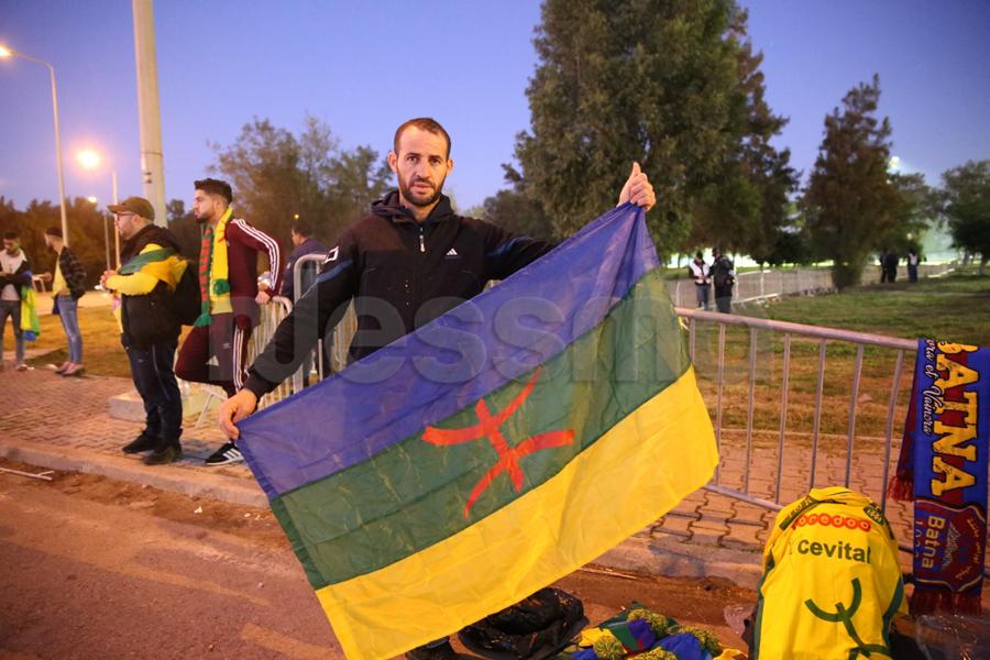 أجواء جماهير شبيبة القبايل من أمام ملعب رادس