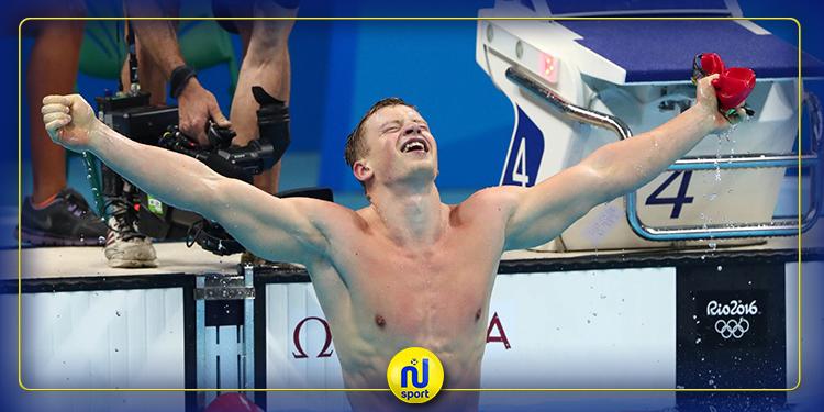 البطل الاولمبي ادم بيتي يتدرب في حوض سباحة صغير في حديقة منزله