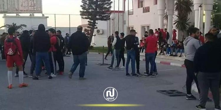 جماهير الإفريقي تحتج .. وتغلق مغازة النادي