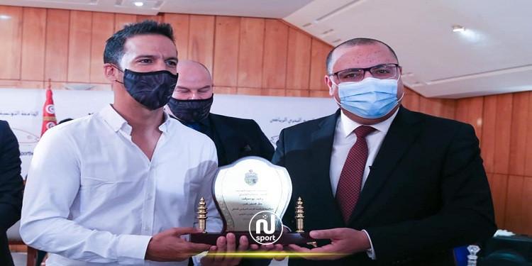 رئيس الحكومة يكرم البطل العالمي في رياضة الغطس الحر 'وليد بوضياف'